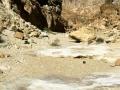 L'umidità condensata nelle rocce,dovuta alla differenza di temperatura,ha un'azione di dissoluzione lenta, ma costante