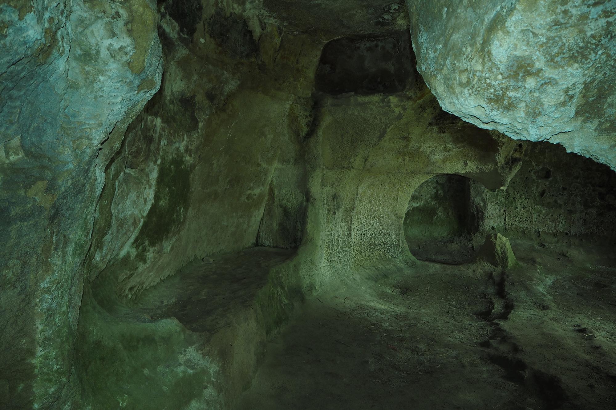 Mottola (Puglia) Grande spazio rupestre con stanze collegate attrezzato con panche per la seduta. E' possibile che fosse un antico monastero abitato dai monaci