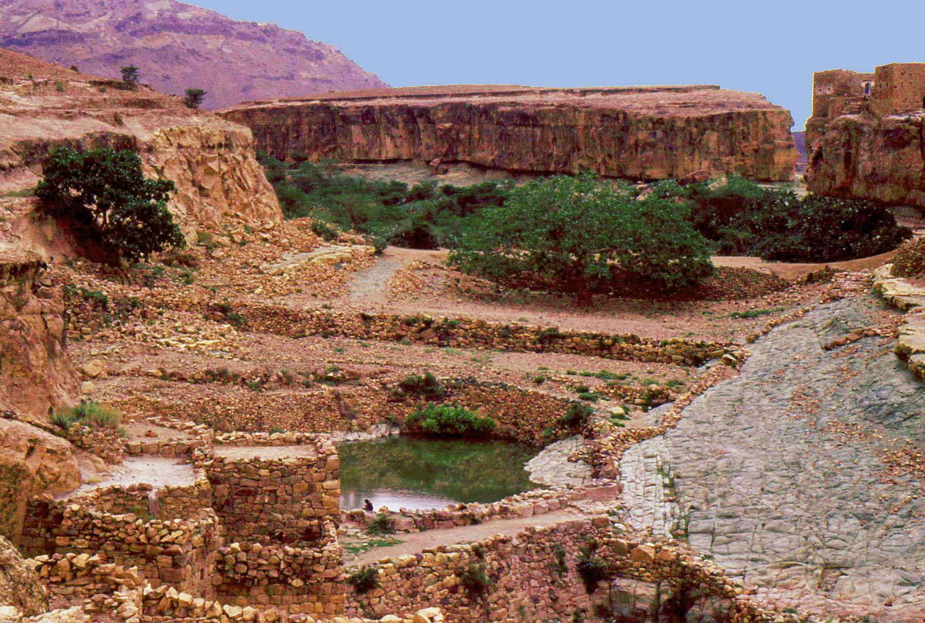 Beit Bous - Insediamento in pietra sull'altopiano con una cisterna a cielo aperto per la raccolta dell'acqua