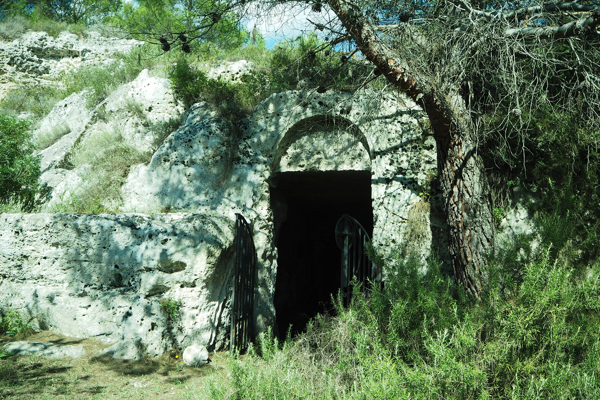 Gravina di Palagianello (TA) Ingresso della chiesa rupestre di Santa Lucia - Sulla sinistra dell'ingresso è stata scavata, nella roccia, una cisterna a campana