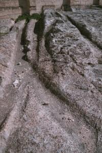 Massafra (Puglia) Canali di raccolta dell'acqua piovana scavati sopra la chiesa