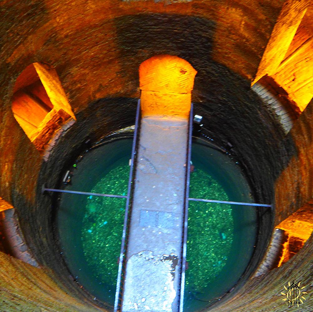 La passerella sull'acqua nel pozzo