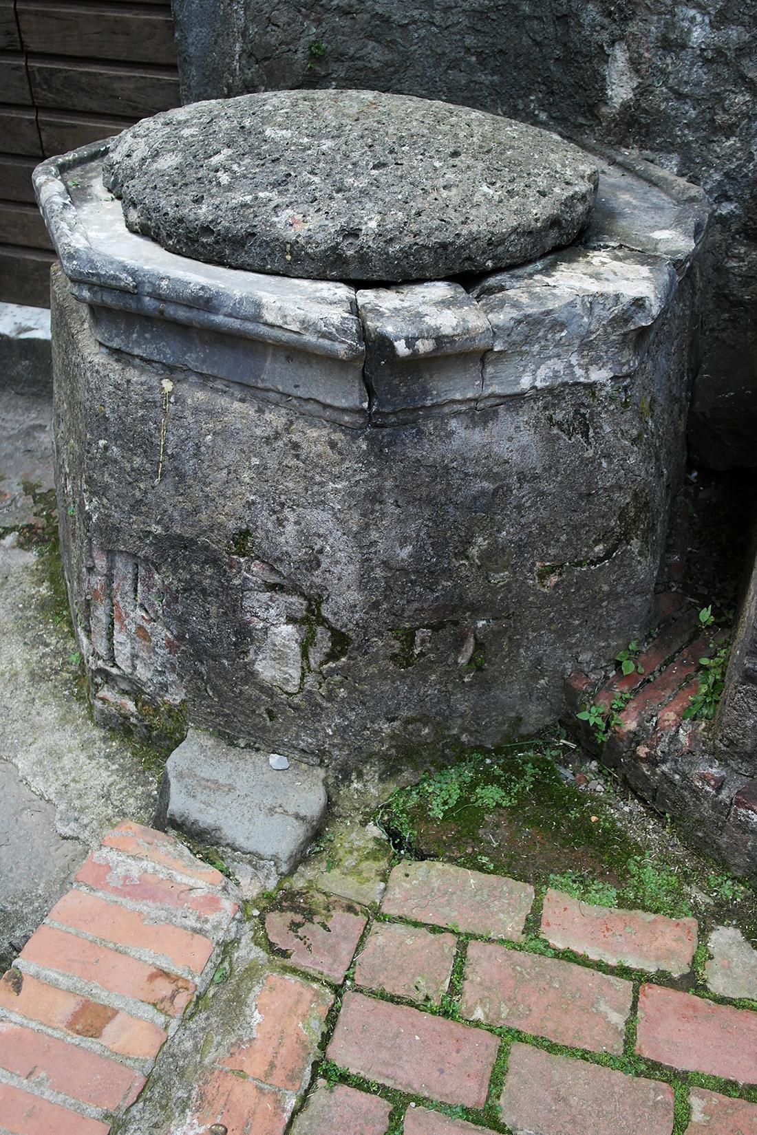 Antico pozzo di raccolta dell'acqua