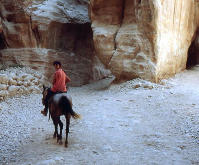 Percorrendo il Siq a cavallo, si arriva al tempio El Kasneck