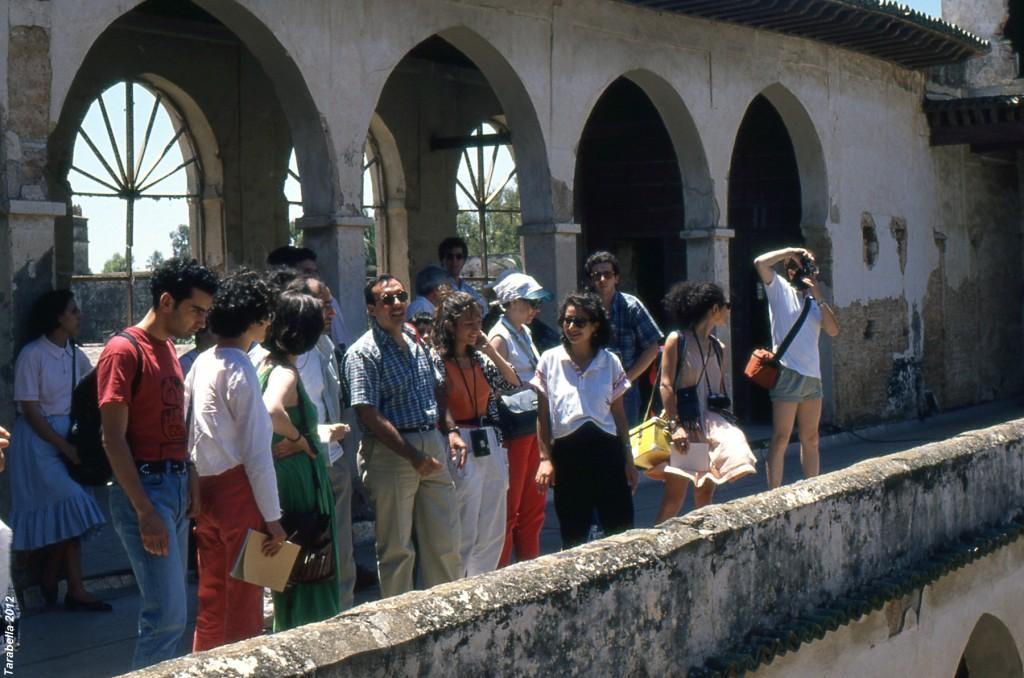 L'architetto Pietro Laureano con gli studenti nella cittadella di Algeri