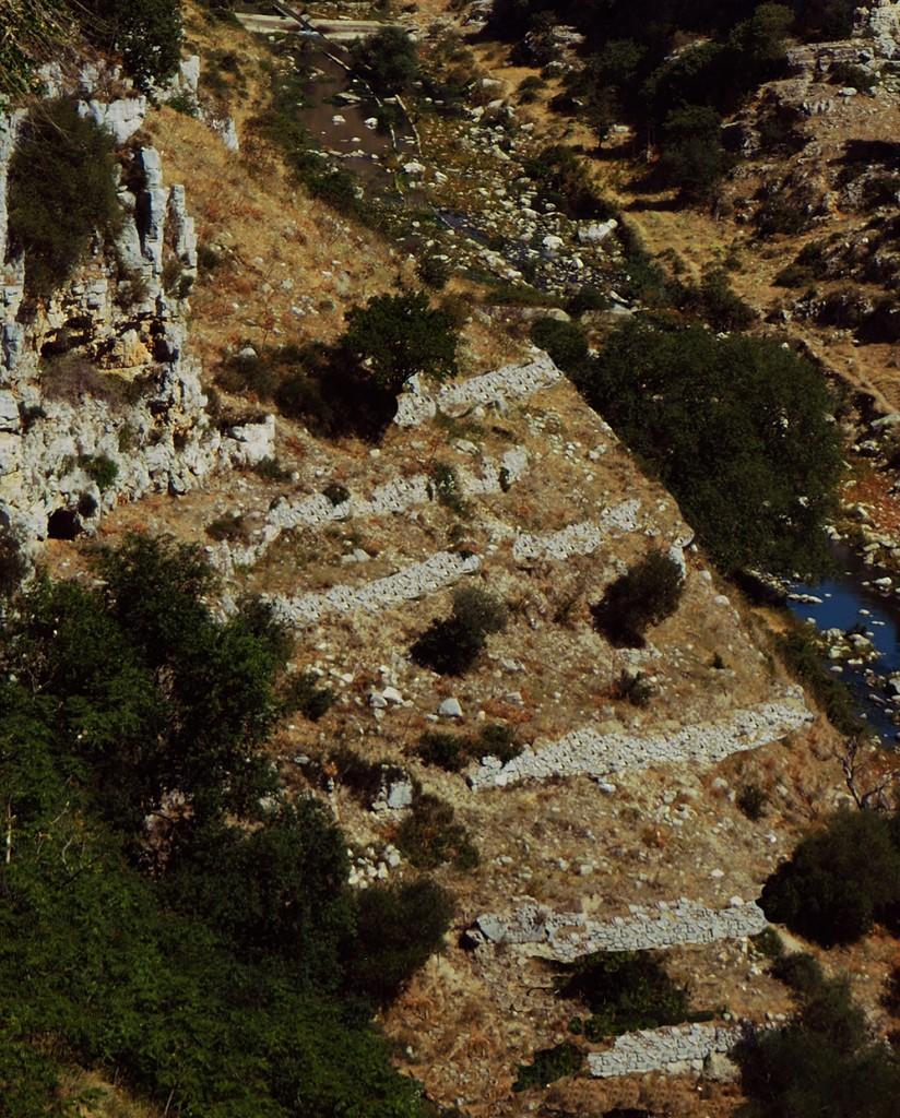 Nel Sasso Barisano i gradoni sul pendio sottostante la chiesa di S.Agostino testimoniano la trama matrice a terrazzi, artificialmente realizzati con muri di sostegno