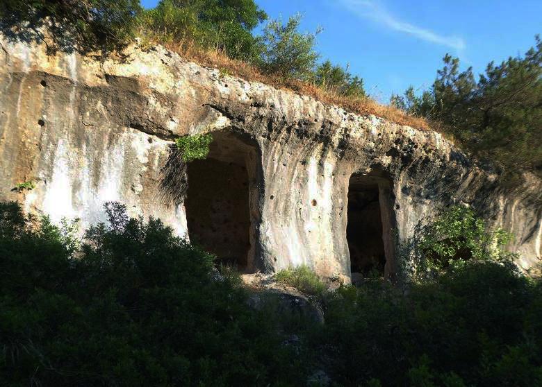 Matera. Villaggio Saraceno. Le acque di pioggia del pendio sovrastante scorrono lungo le pareti del ciglio scavato per raccogliersi in vasche e cisterne