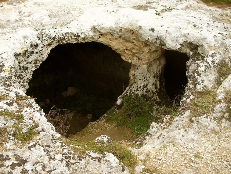 Particolare dell'ipogeo del monumento a doppio cerchio sulla Murgia Timone (Matera)