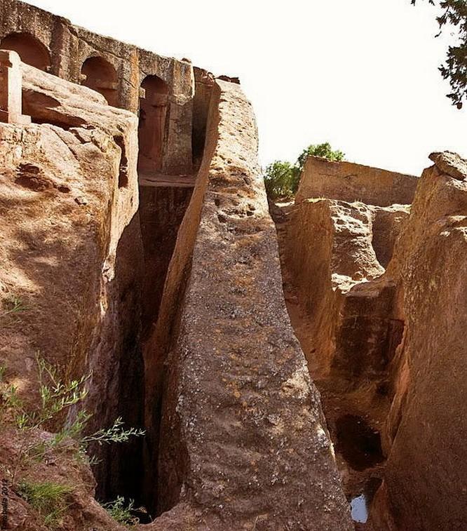 Particolare del fossato di Biet Gabriel Rafael a Lalibeila