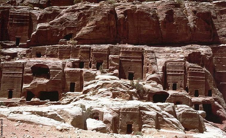 Una delle pareti intagliate di Petra