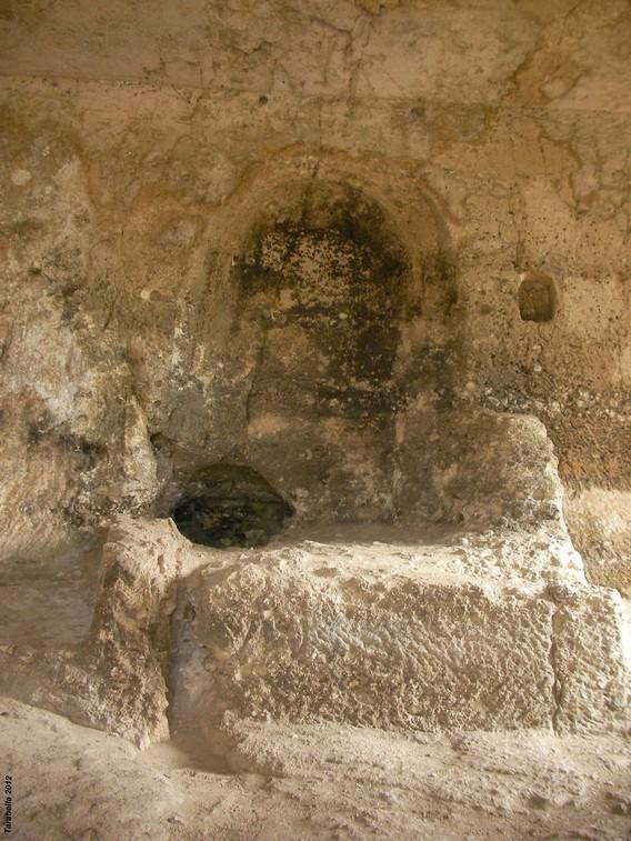 Altare in grotta sulla murgia materana