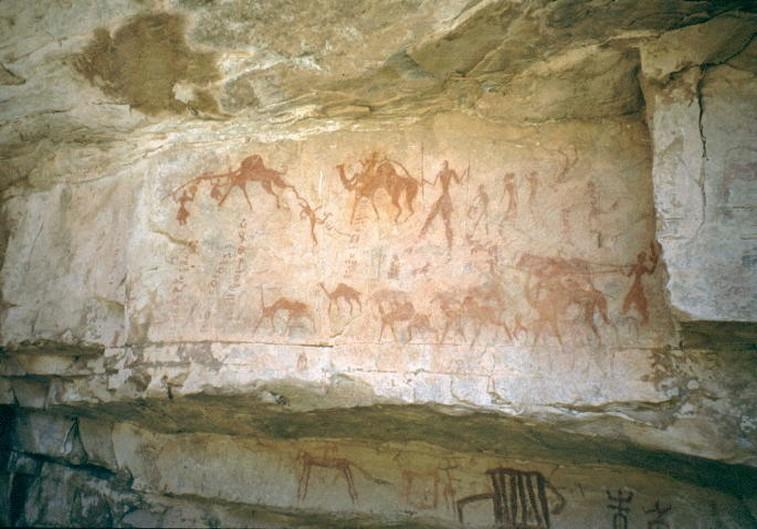 Pittura rupestre di uomini con cammelli