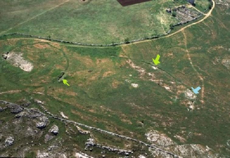 Vista completa del villaggio neolitico di Murgia Timone. Le frecce verdi indicano l'ellisse e il cerchio interno e la freccia celeste i monumenti dell'Età del Bronzo.