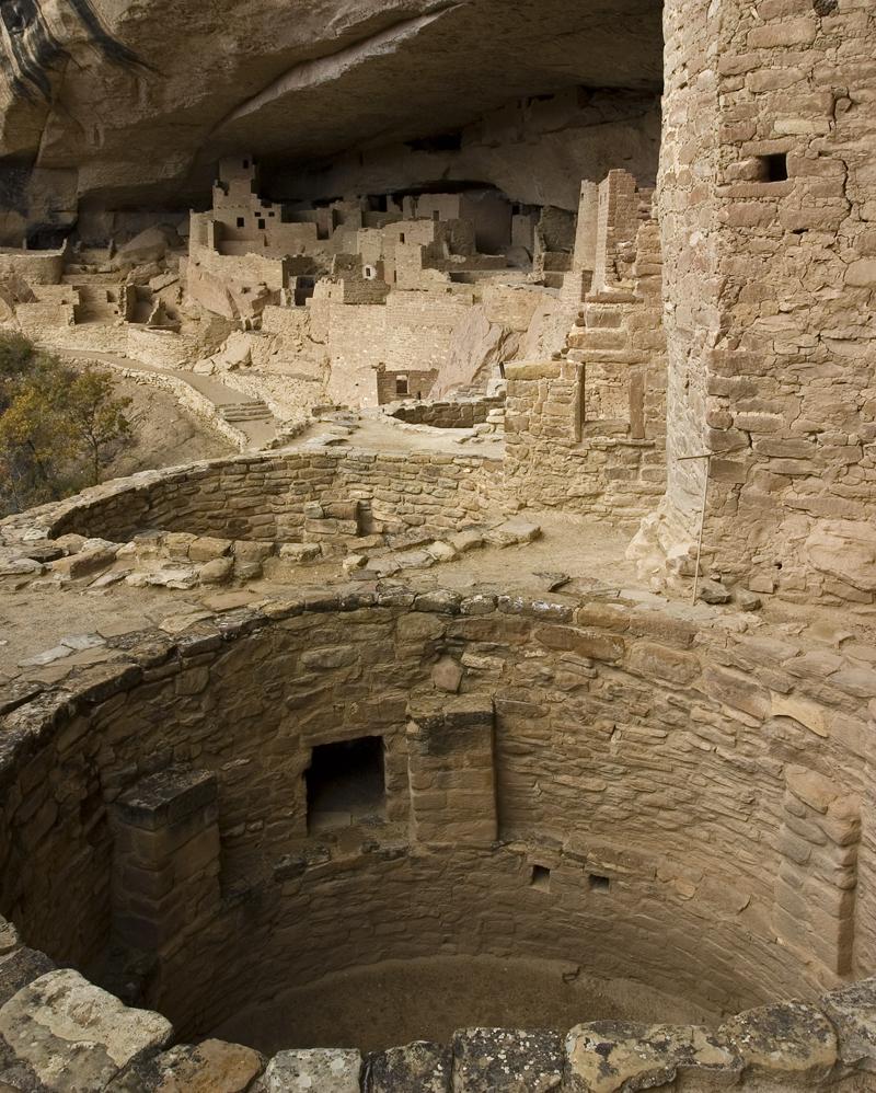 Abitazioni a pozzo chiamate ''pueblo'' intagliate nella roccia.