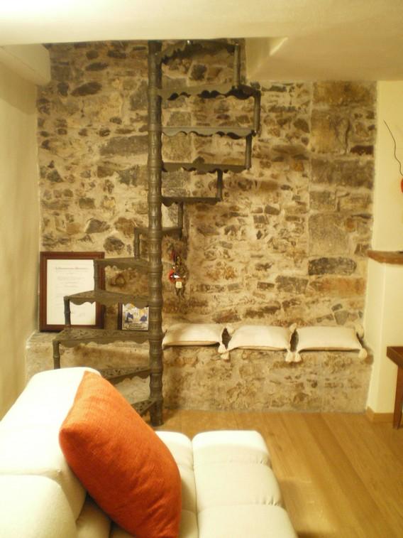 Particolare della parete in pietra nel soggiorno-relax