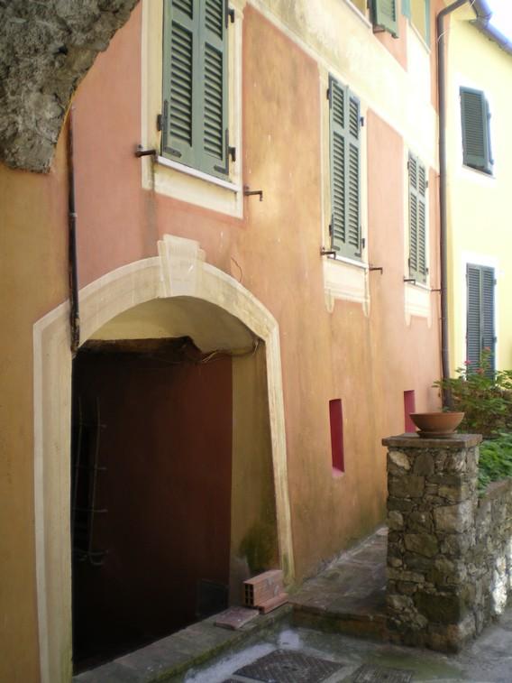 La facciata principale della casa nel borgo