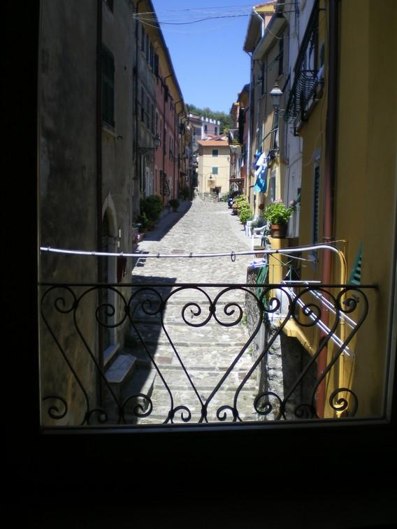 La vista sul borgo dal soggiorno-pranzo