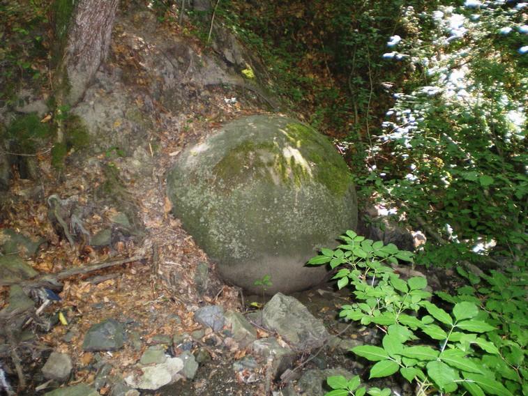 Sfera di pietra a Zavidovici