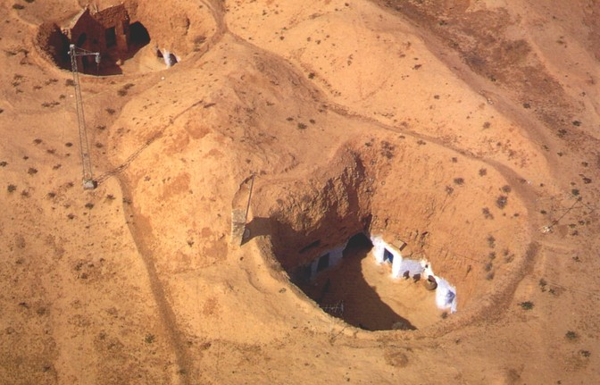Le abitazioni a pozzo scavate nel terreno argilloso sono fornite di cisterne e pozzi per la raccolta dell'acqua piovana
