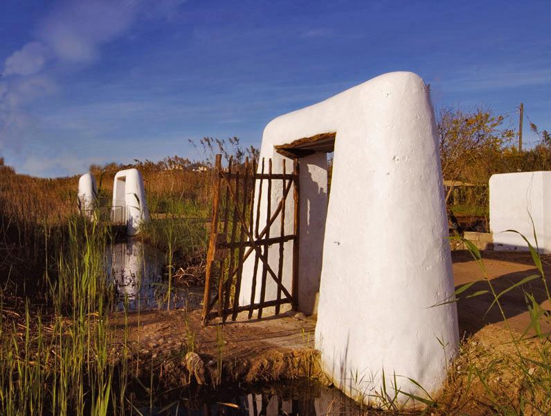 Ibiza (Spagna) Tipico paesaggio dei Feixe con i portali caratteristici che segnano il punto di attraversamento dei canali prima dell'ingresso ai campi