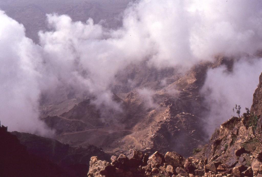 L'acqua è un elemento costante del paesaggio nella forma di vapore e nuvole. La condensazione proveniente dalla elevata evaporazione del Mar Rosso, a causa delle correnti termali, crea umidità sfruttata nelle coltivazioni.