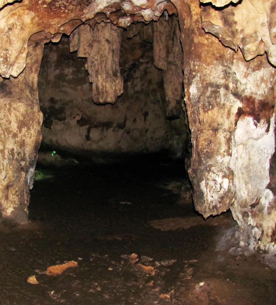 La grotta di Loltun (Yucatan) fu attrezzata, nella preistoria, con pozze scavate al di sotto delle stallattiti per raccogliere l'acqua di stillicidio. Raffigurazioni riferite ai riti di fecondità e graffiti a spirale attestano le carica rituale che assumeva il luogo