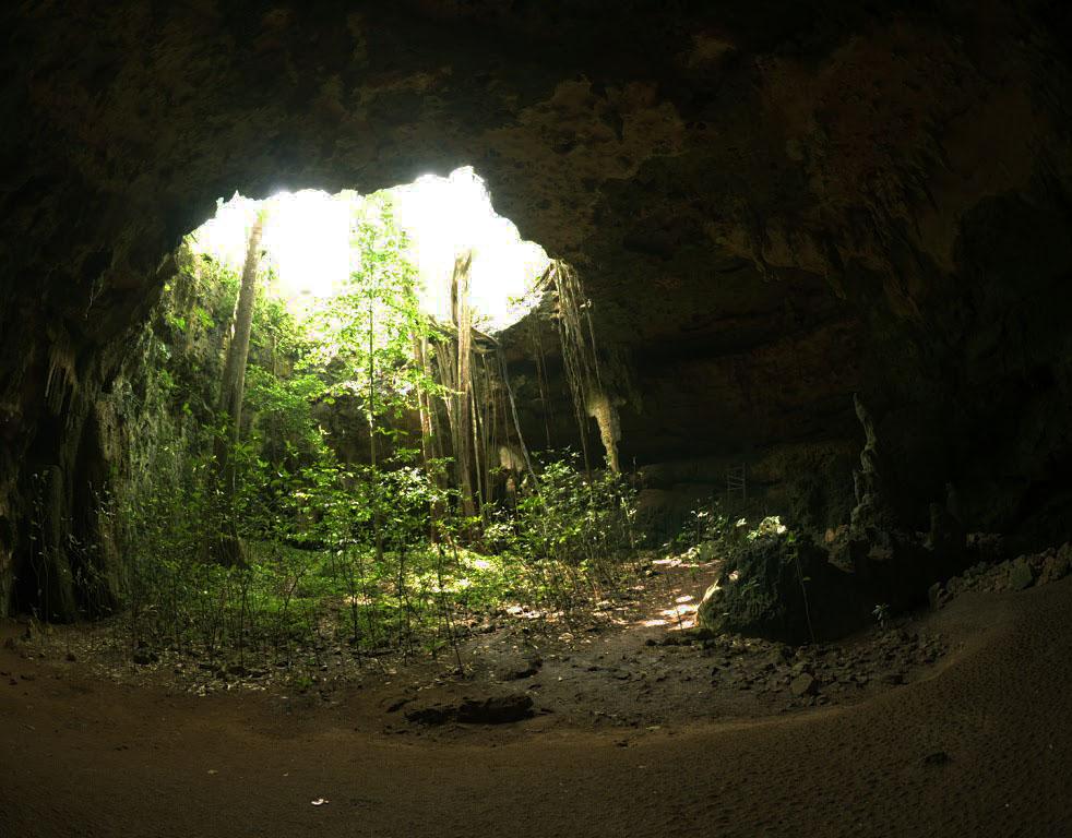 """La grotta di Loltun (Yucatan). Il nome della grotta, che significa """"fiori di pietra"""" ancora oggi ricorda la pratica di utilizzare queste cavità nei primi tentativi di coltivare le piante raccolte durale migrazioni"""