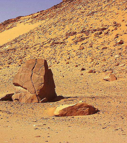 Nonostante la grande aridità del suolo, l'acqua è il principale agente della forma del paesaggio. Il sale contenuto nelle rocce assorbe l'umidità atmosferica ed ingrossa. L'umidità assorbita dalle rocce, nelle notti con temperature fredde, gela.In entrambe le circostanze il volume aumenta e causa la disgregazione anche alle formazioni rocciose più dure.