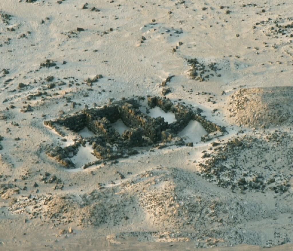 Sito archeologico di Qana (Yemen) Il promontorio di Qana, sopra l'Oceano Indiano, è dotato di vari tipi di dispositivi per la raccolta dell'acqua. Le cisterne sono dotate di sistemi di filtraggio e decantazione (foto sopra) ed hanno anche forme particolari a mezzaluna. L'acqua proveniva dalle sporadiche piogge e dalla condensazione dell'umidità del mare