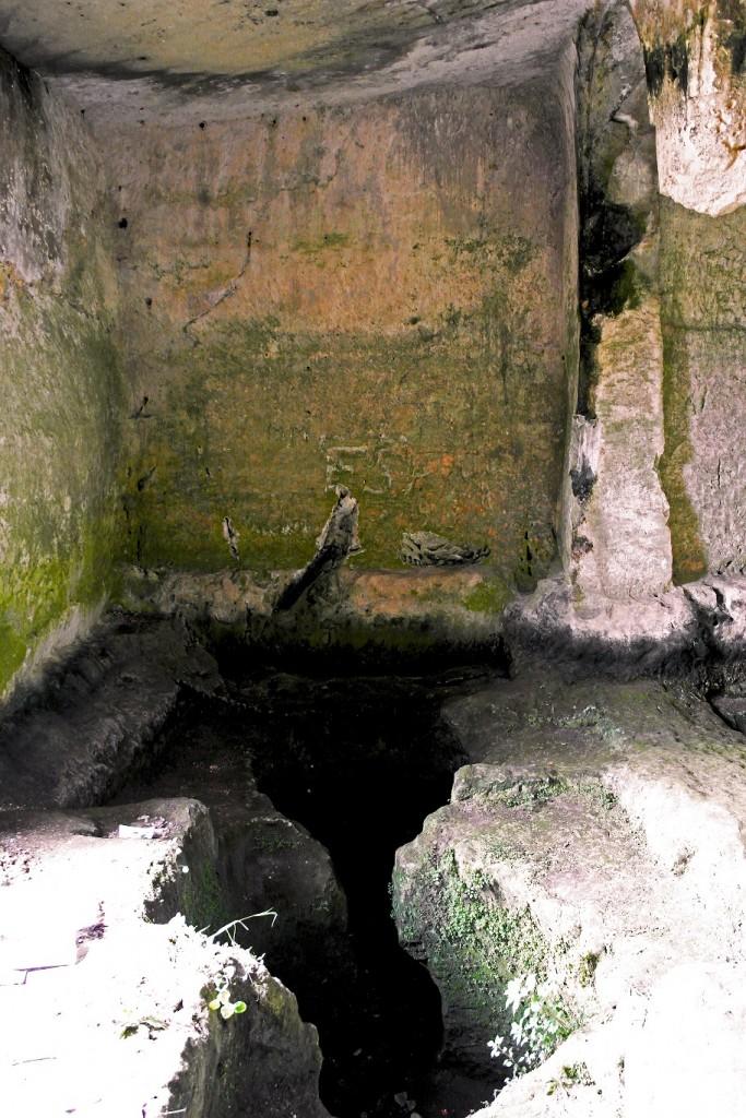Gravina di Puglia - Il canale scavato sul pendio fornisce acqua per la cisterna scavata nella sala ipogea dell'insediamento troglodita