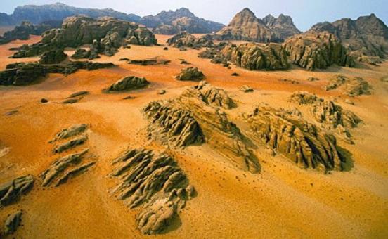 L'umidità condensata nelle rocce,dovuta alla differenza di temperatura, ha un'azione di dissoluzione lenta ma costante.L'acqua penetra le rocce durante la notte ed evapora nuovamente dalla superfice per effetto del calore del giorno. Durante questo processo l'acqua dissolve i sali nelle profondità della roccia, li trasporta e li condensa all'interno della roccia. Le venature all'interno della roccia e gli strati ocra sono creati sulla superfice a causa dell'ossidazione.