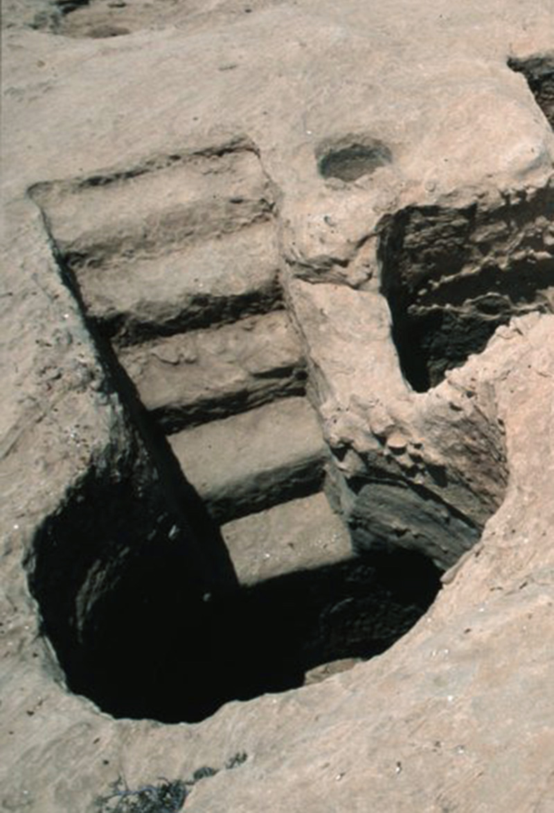 Ingresso di una cisterna sotterranea. La maggior parte dei dispositivi antichi di raccolta dell'acqua, sono piccole pozze scavate sull'altopiano che si sono evolute nelle cosiddette cisterne a campana data la forma a bulbo
