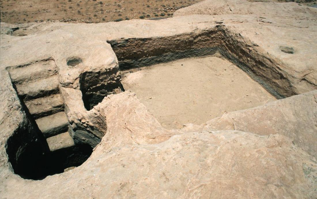 Una trappola per le piene a Bir Huweimel. Argini di pietra trasmettono le inondazioni degli wadi al sistema di raccolta delle acque. Quest'ultimo è fatto di molti bacini di decantazione e pulizia dell'acqua mediante sfioratori