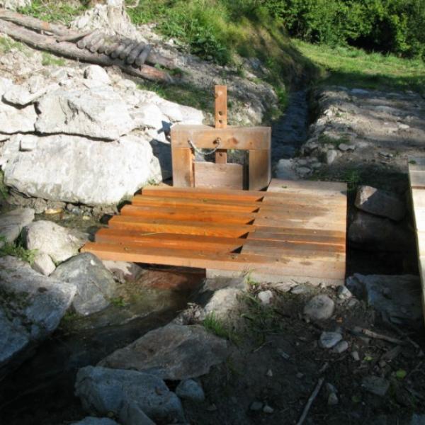 Valais (Svizzera) La pratica dei canali (bisse) è ancora utilizzata e supportata da interessi e regole comunitarie. Sopra : deviazione delle bisse tramite il tradizionale dispositivo d'irrigazione. Sotto : chiusa e sistemi di condivisione dell'acqua