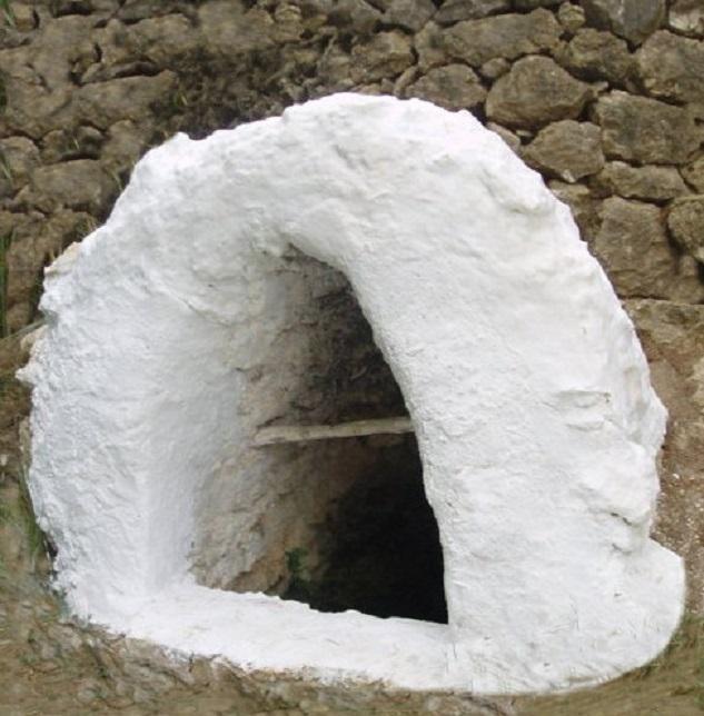 Ibiza (Spagna) Ingresso ad una cisterna sotterranea.