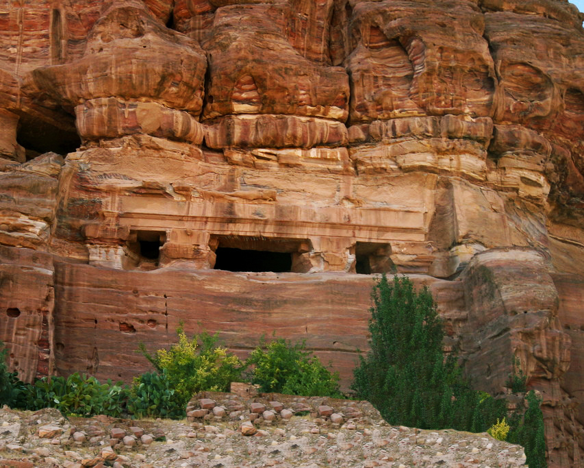 Petra - Il sistema di terrazzamenti chiamato ''khaur'', tipico dell'agricoltura Nabatea usato nel deseto del Negev, è tuttoggi visibile. Negli ambienti rurali, sono un mero sistema di terrazzamenti semi-circolari che mantengono i suoli, mentre, in aree urbane diventano un sistema di costruzioni più complesse. Sono stati scoperti anche alcuni esempi di tali sistemi costruiti con strati di carbone che filtrano l'acqua in modo da renderla potabile.