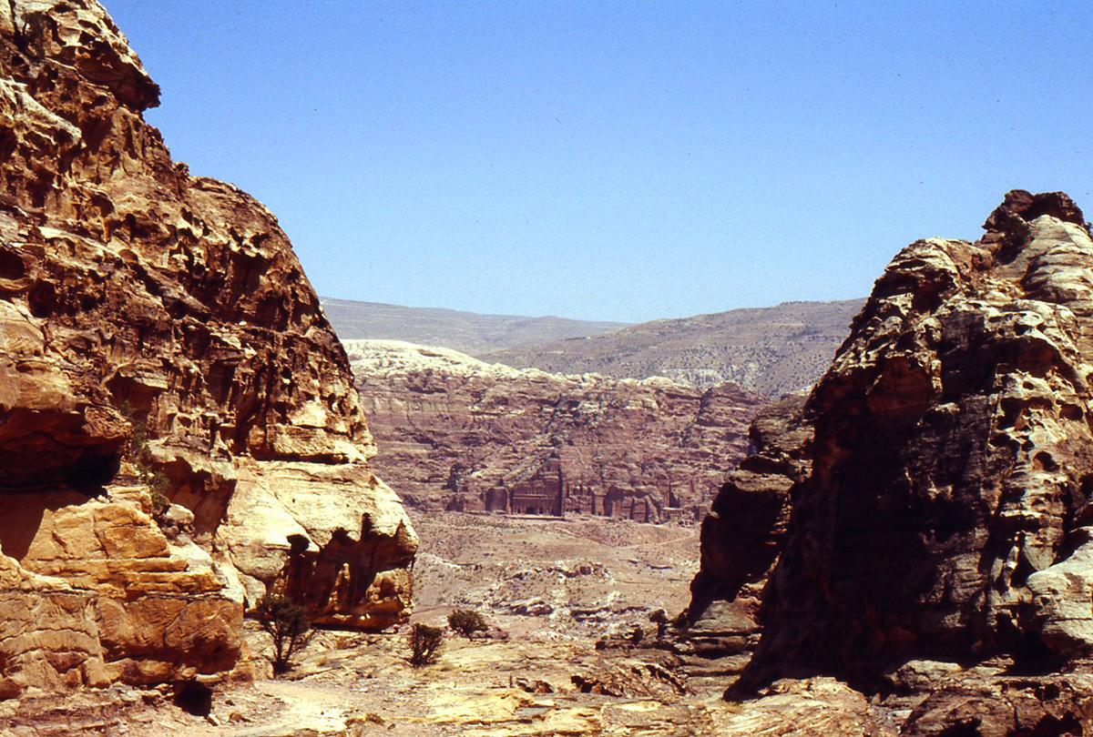 Petra sintetizza le conoscenze idrauliche Edomite e Nabatee. L'intero paesaggio roccioso è scolpito e organizzato in modo da non perdere una sola goccia di acqua della condensa sulle montagne, il deflusso lungo le pendici e le sporadiche ma, possibili inondazioni degli wadi.