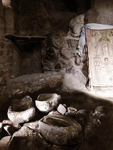 Grotta di Nakuta La'ab (Monastero - Etiopia) La grotta, attrezzata nella preistoria per la captazione delle acque di stillicidio, èp ancora oggi un luogo sacro della religione Copta grazie alla sua acqua sana e benefica