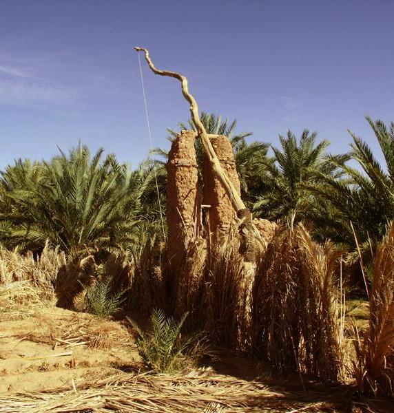 Wadi Saoura (Algeria) I lunghi bilancieri posti su alti montanti di adobe, qui chiamati Khottara e molto simili a quelli antichi egiziani e agli shaduf arabi, consentono di attingere l'acqua dai pozzi scavati che è ricca di sedimenti dello wadi