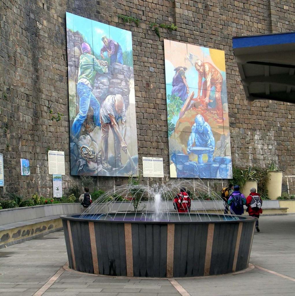 Corniglia (Cinque Terre) Sistema di terrazzamenti in pietra Riomaggiore (Cinque Terre-Liguria) L'utilizzo di sistemi di terrazzamento diventa un marchio d'identità che si celebra sui dipinti murali di un antico maestro, presso la stazione della piccola città