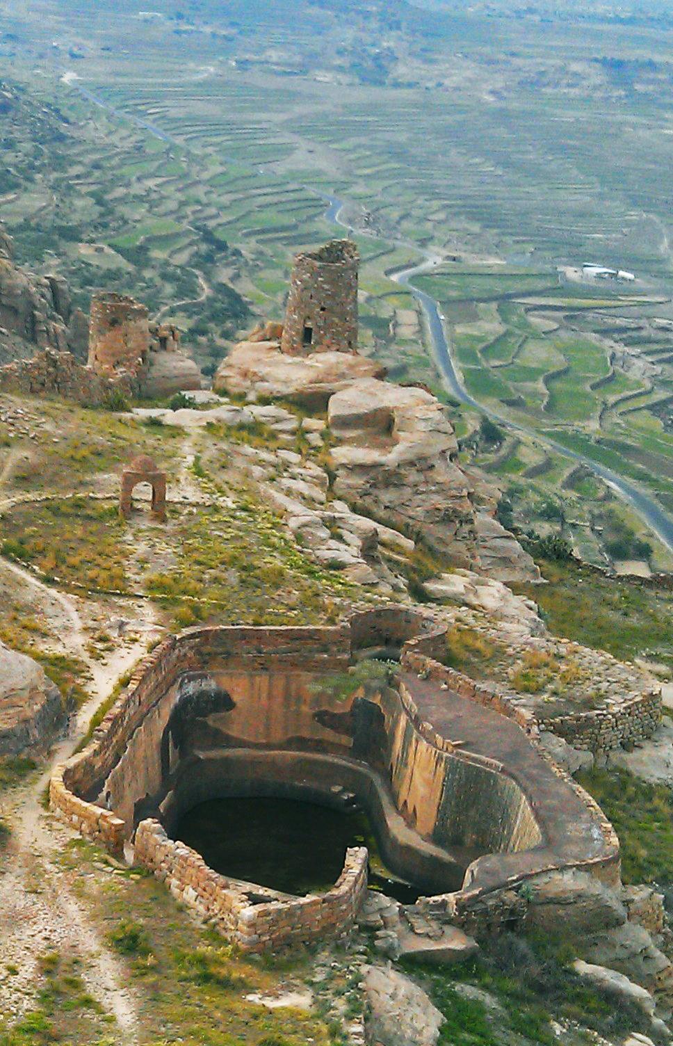 Thula (Yemen) I grandi serbatoi per la conservazione dell'acqua sull'acropoli di Thula, avevano dimensioni sufficienti per fornire acqua ai campi e alle case circostanti anche in caso di assedio
