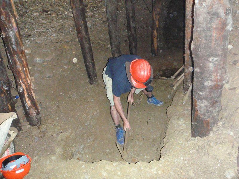 L'inizio dello scavo a fianco della ''struttura''