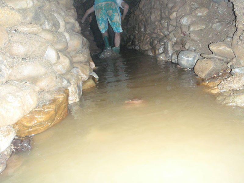 Canale d'acqua tra i muretti a secco