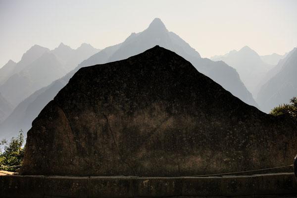 La Roccia Sacra all'estremo nord dal profilo simile alla montagna Yanantin