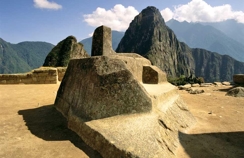 L'Intiwatana con alle spalle la montagna che sembra avere la sua stessa forma