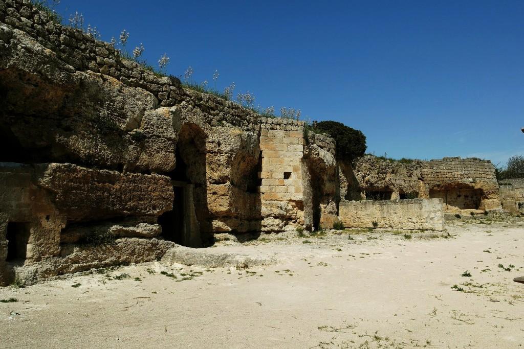 Masseria rupestre con l'aia-giardino a Matera (Basilicata)