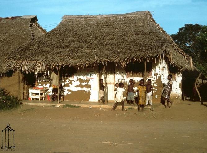Capanna in argilla con tetto in foglie di palma - Villaggio in Kenya