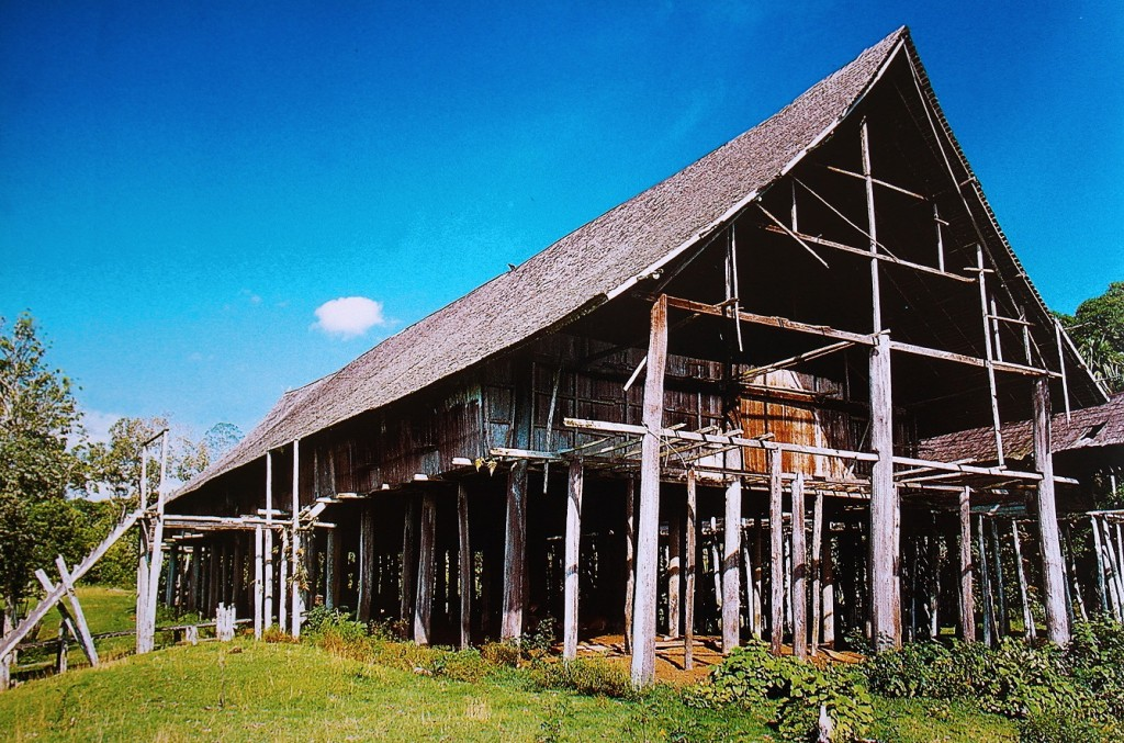 Casa lunga degli Iban (Borneo)