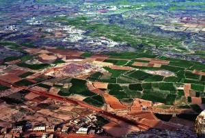 Attraverso il flusso dell'acqua, i campi coltivati intorno alla città di Thula diventano giardini colorati