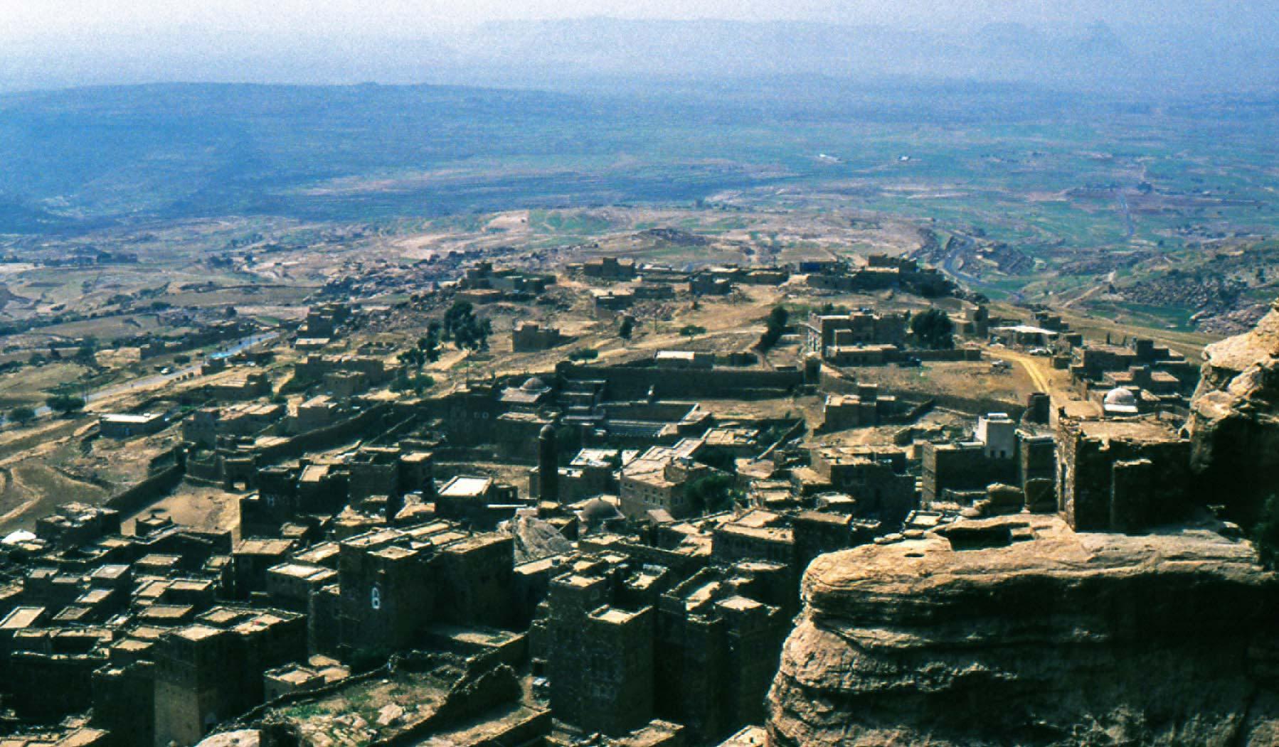 La vista della città bassa dalla rupe di Thula. Si nota una parte di mura che circondano l'abitato e sullo sperone in primo piano, una cisterna a cielo aperto scavata nella roccia